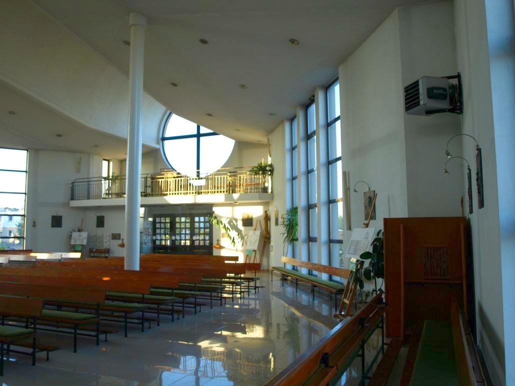 Fotografia realizacji montażu nagrzewnicy gazowej Winterwarm TR w polskim kościele.